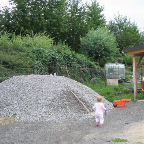 stavby a kameň v záhrade