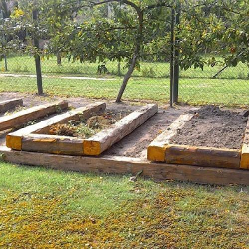 pestovanie vo vyvýšených hriadkách, plnených zeleným materiálom